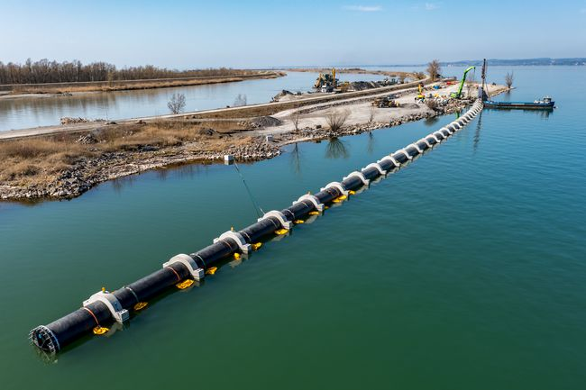 The AGRU PE pipe was floated from the Rhine dam into Lake Constance on April 8. (Photo: Dietmar Stiplovsek)